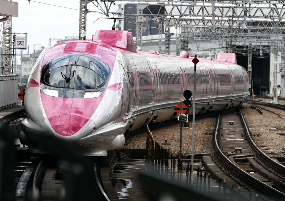 556c7562a Hello Kitty bullet trains start services in Japan
