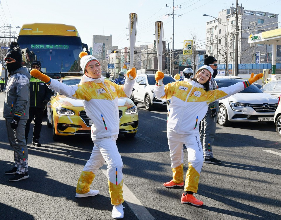 Olympics: Figure skaters Arakawa, Takahashi run torch relay
