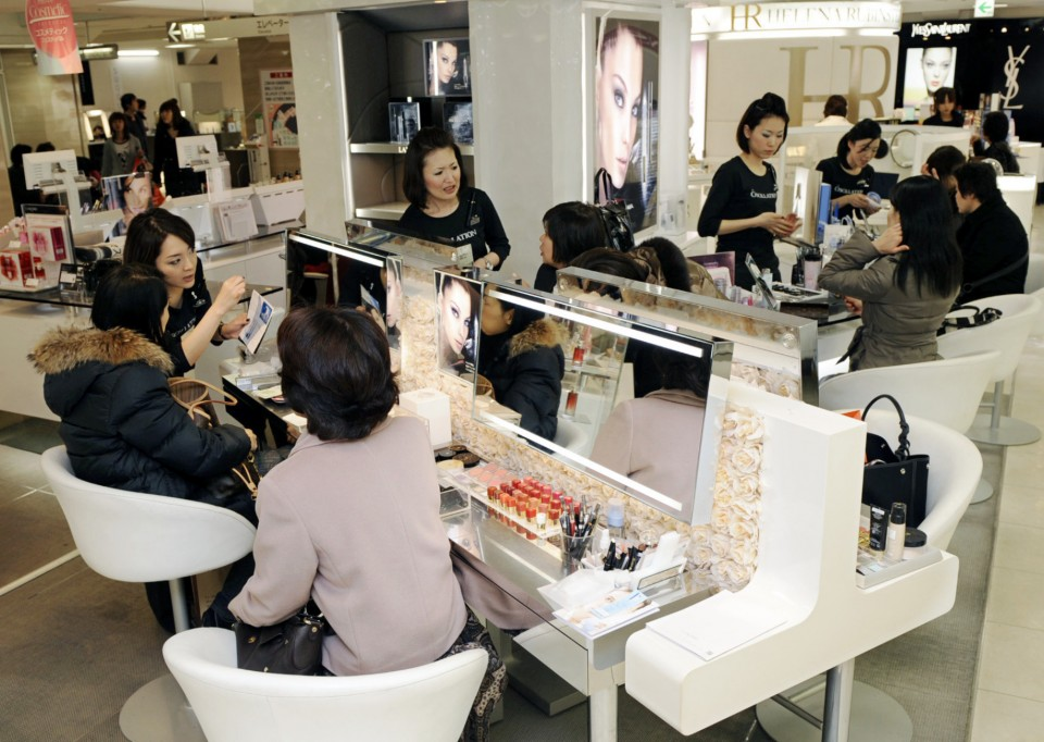 e85ea562ce5 Red lips, bushy brows in again as bubble-era makeup returns in Japan