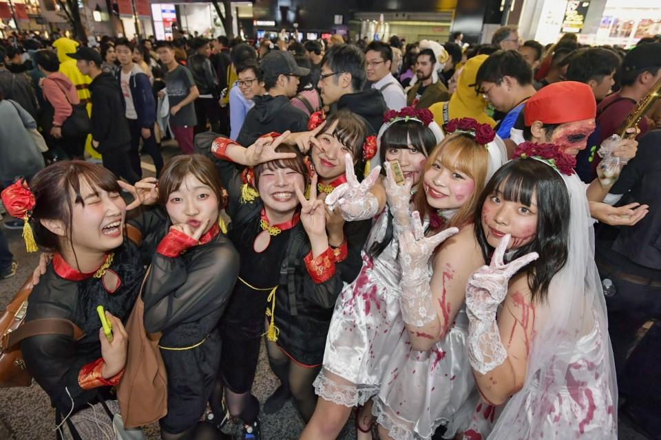 Shibuya Halloween 2020 Tokyo's Shibuya sees high turnout on Halloween despite drinking ban