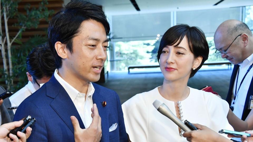 وزير البيئة اليابانية وزوجته خلال شهر أغسطس 2019 عندما أعلن أول مرة بأنه سيأخذ إجازة أبوة | عبر كيودو
