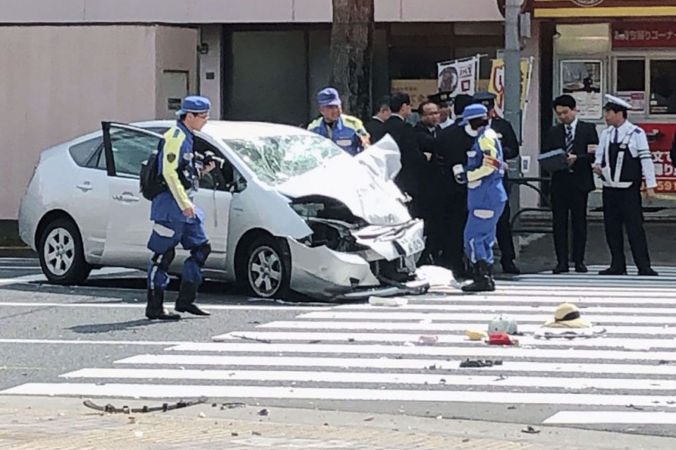 Auto  smashes into pedestrians in Tokyo, killing 2 on bicycle