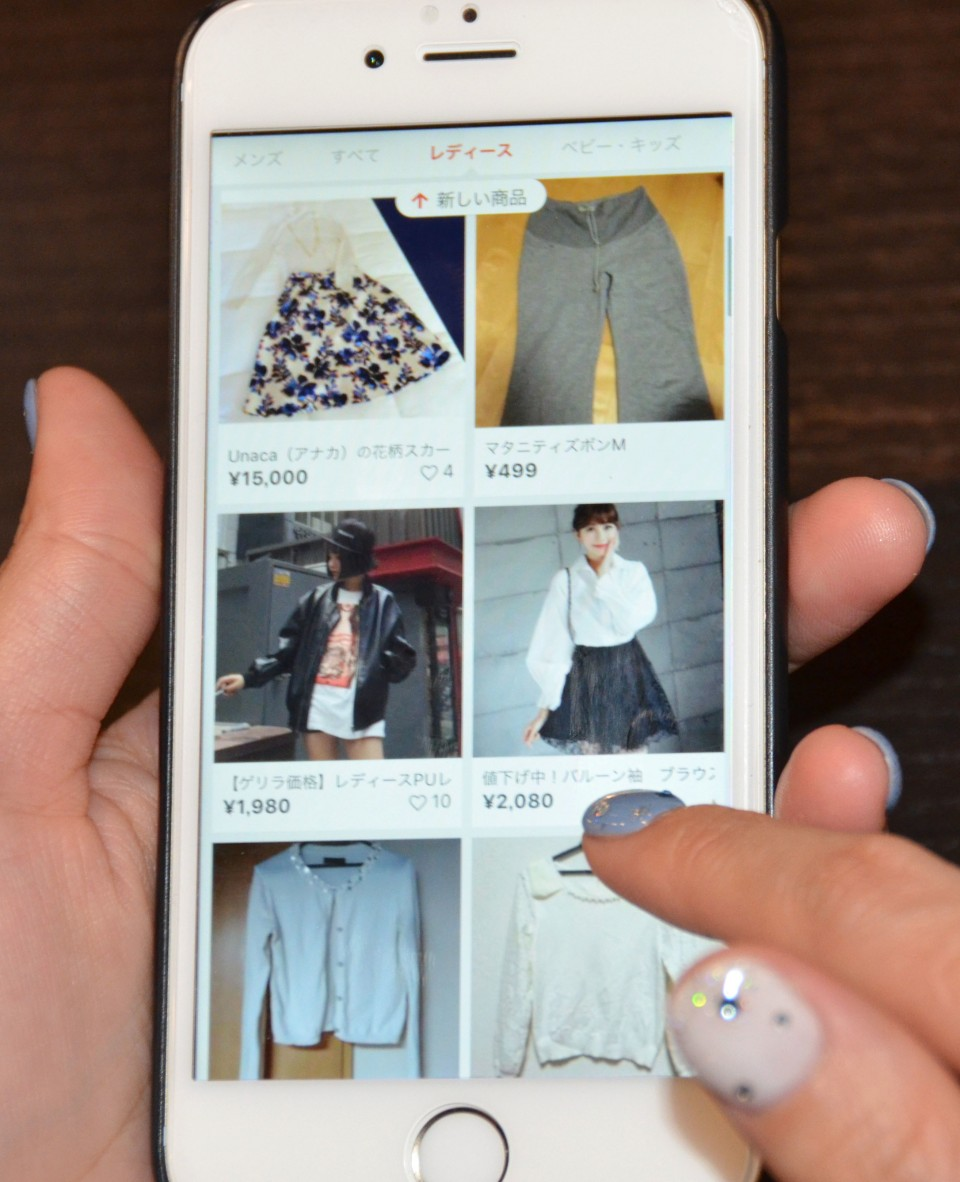Japanese seniors turning to flea market apps to declutter in