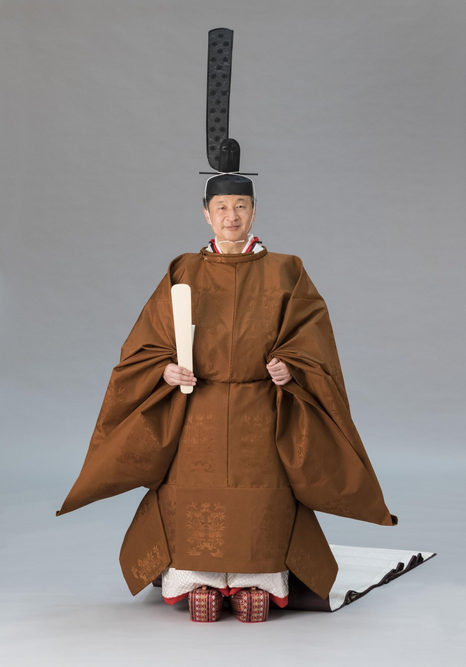Japan Emperor Dons 9th Century Style Robe For Enthronement Ceremony