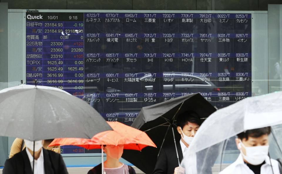 Tokyo bourse suspends trading in all issues due to system glitch
