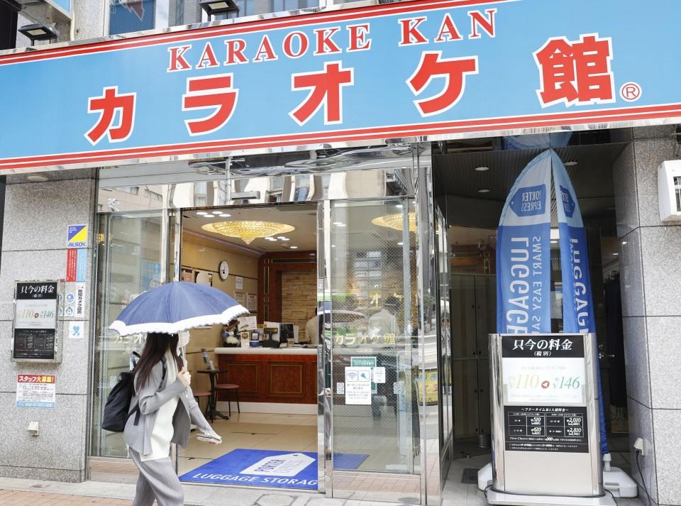 """Karaokê reabre em Tóquio e clientes experimentam o """"novo normal"""" para se divertir 1"""