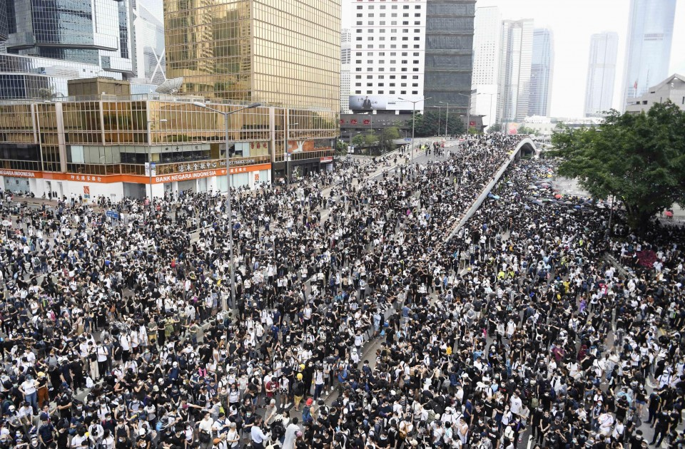 Hong Kong protest: Crowds, pol...