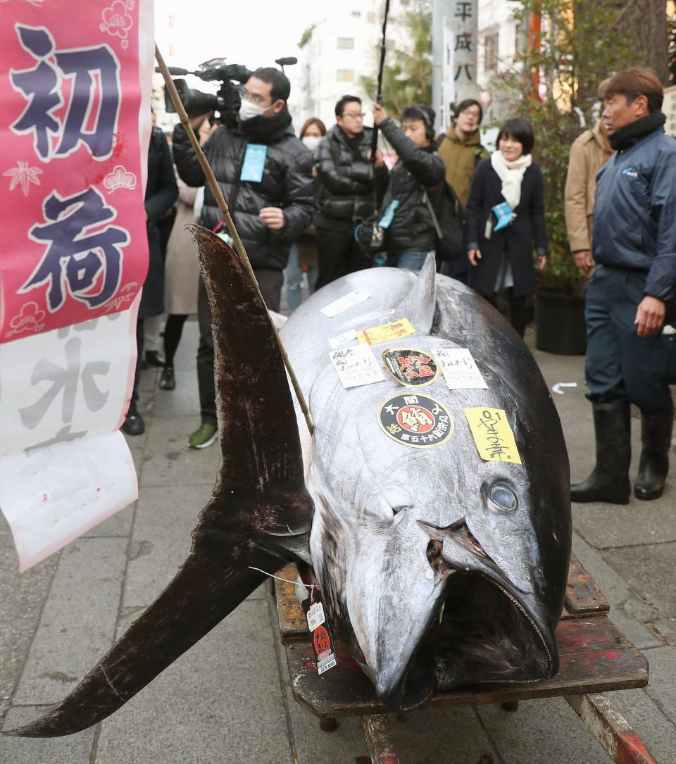 Japan's historic Tsukiji fish market holds final new year auction