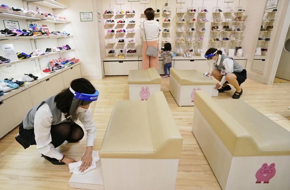 Tokyo dept. stores start resuming