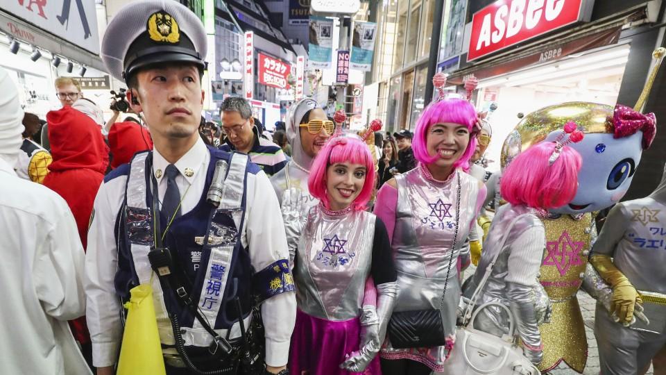 Japanese Halloween Shibuya 2020 Tokyo's Shibuya abuzz with costumes on weekend before Halloween