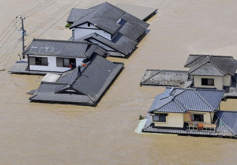 منازل منطقة هيتويوشي في محافظة كوماموتو فاضت بمياه نهر كوما القريب | عبر وكالة كيودو