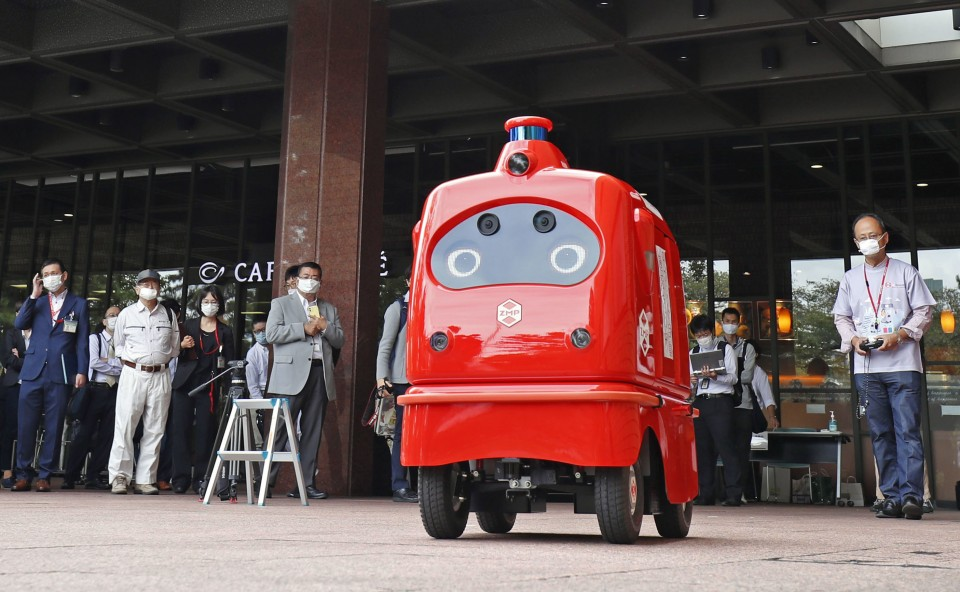 Mail delivery robot makes test run on Tokyo road amid pandemic